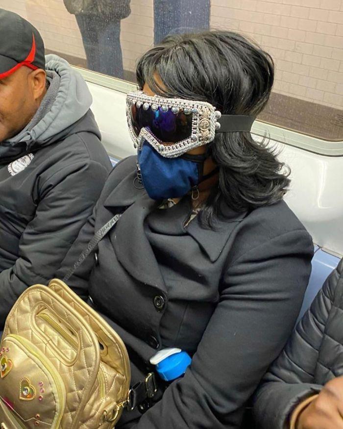 Esta página do Instagram está postando as máscaras do coronavírus mais ridículas vistas no metrô 22