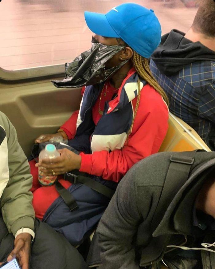 Esta página do Instagram está postando as máscaras do coronavírus mais ridículas vistas no metrô 23