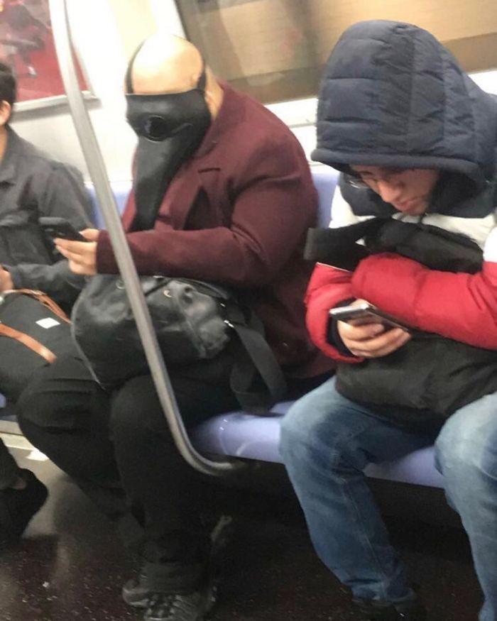 Esta página do Instagram está postando as máscaras do coronavírus mais ridículas vistas no metrô 26