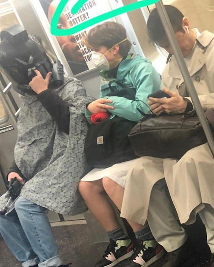Esta página do Instagram está postando as máscaras do coronavírus mais ridículas vistas no metrô 27
