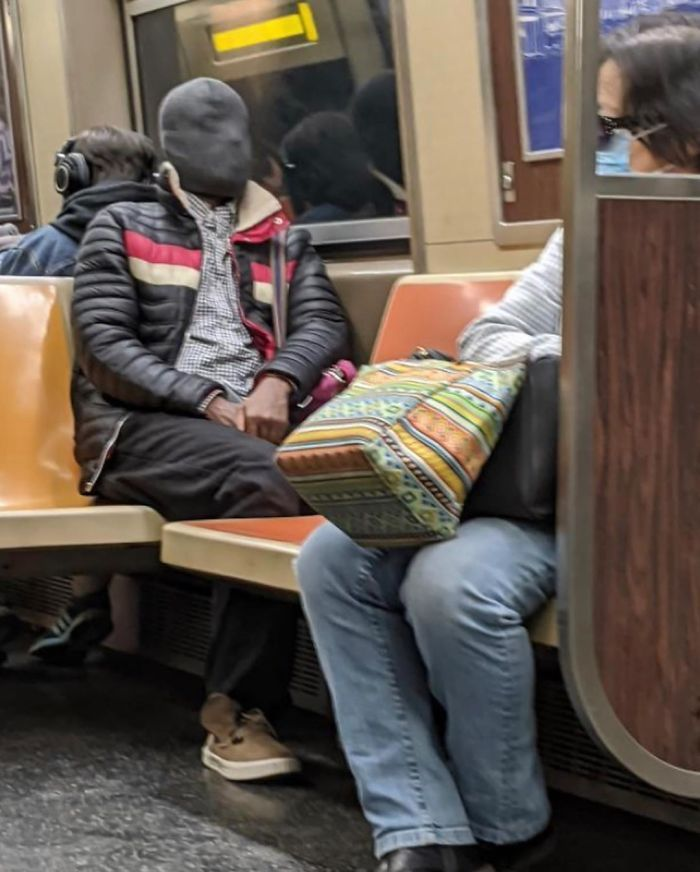 Esta página do Instagram está postando as máscaras do coronavírus mais ridículas vistas no metrô 28
