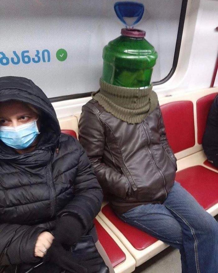 Esta página do Instagram está postando as máscaras do coronavírus mais ridículas vistas no metrô 29