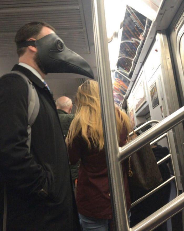 Esta página do Instagram está postando as máscaras do coronavírus mais ridículas vistas no metrô 31