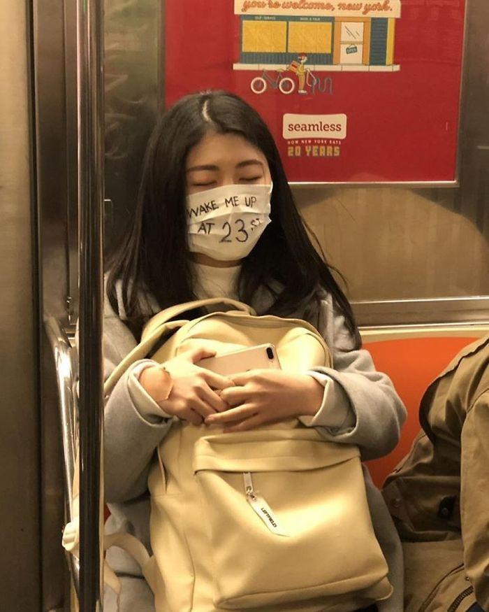 Esta página do Instagram está postando as máscaras do coronavírus mais ridículas vistas no metrô 32