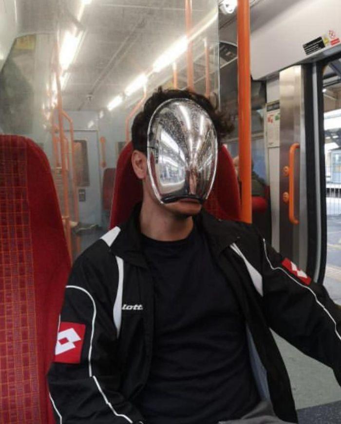 Esta página do Instagram está postando as máscaras do coronavírus mais ridículas vistas no metrô 35