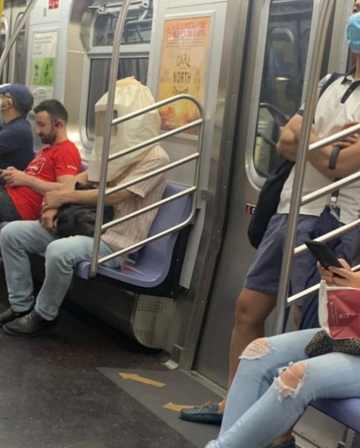 Esta página do Instagram está postando as máscaras do coronavírus mais ridículas vistas no metrô 36