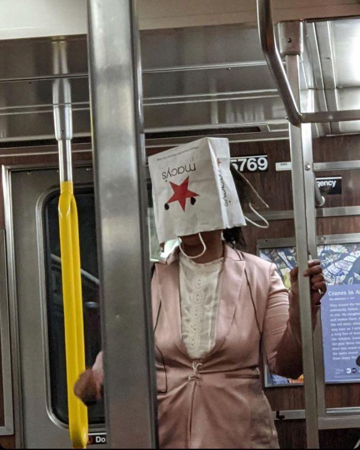 Esta página do Instagram está postando as máscaras do coronavírus mais ridículas vistas no metrô 37