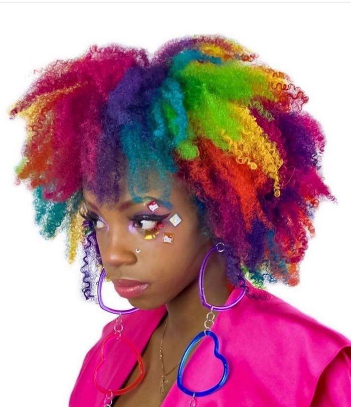 Um cabeleireiro australiano que transforma o cabelo em arco-íris 4