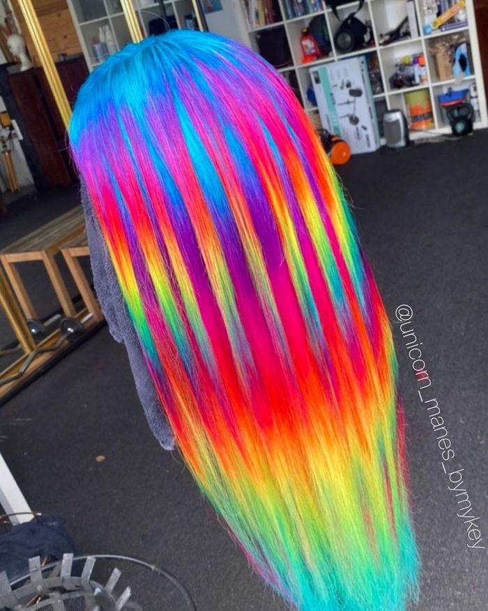 Um cabeleireiro australiano que transforma o cabelo em arco-íris 5