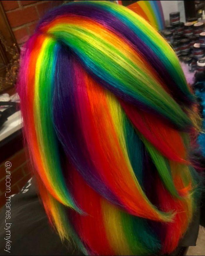 Um cabeleireiro australiano que transforma o cabelo em arco-íris 6