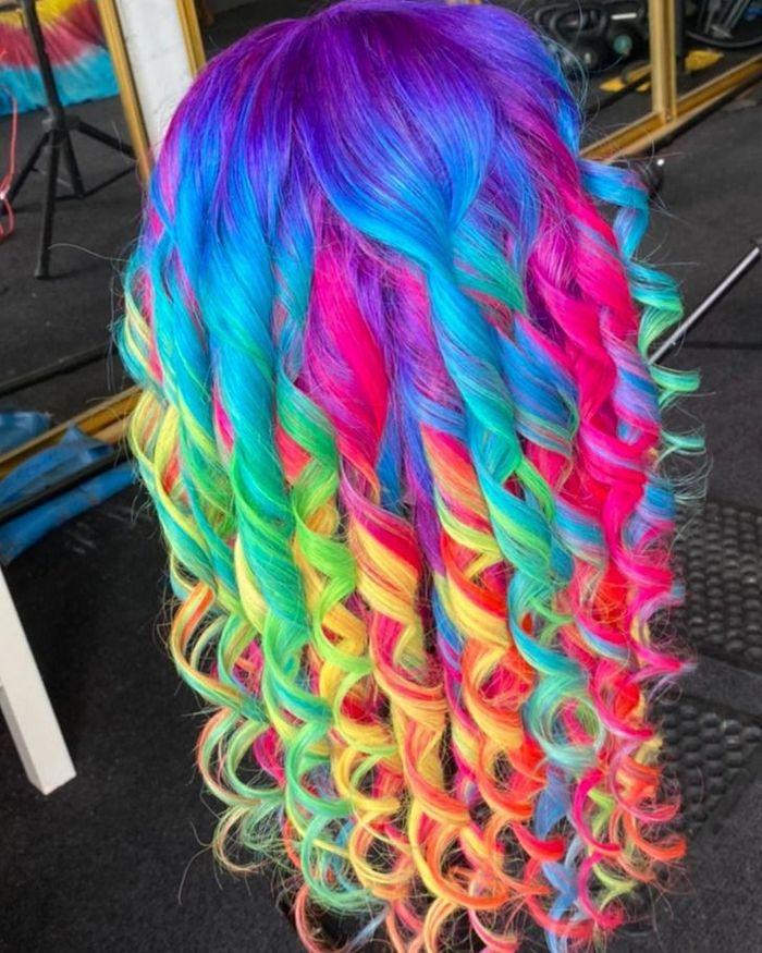 Um cabeleireiro australiano que transforma o cabelo em arco-íris 8
