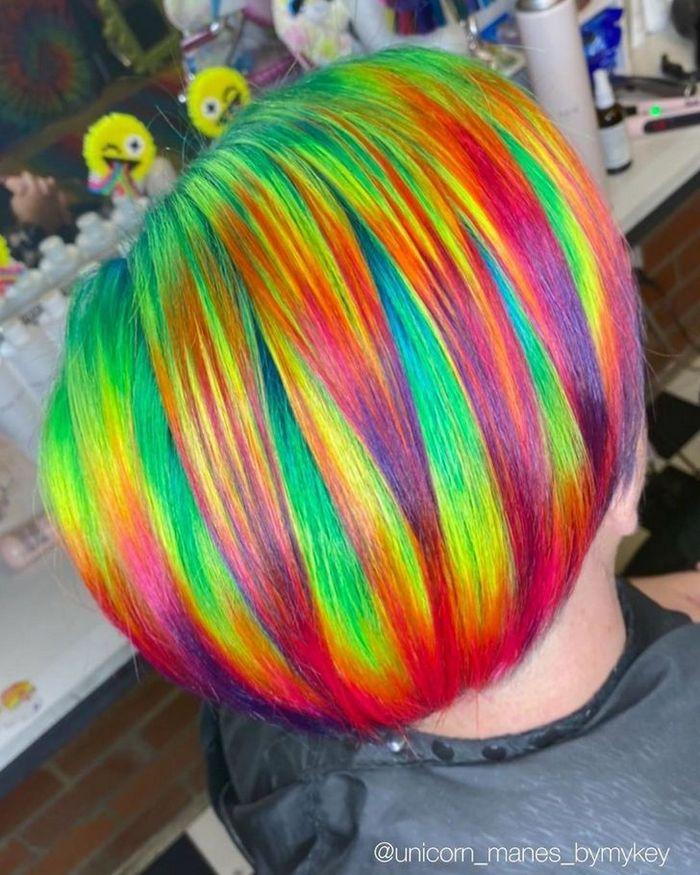Um cabeleireiro australiano que transforma o cabelo em arco-íris 9