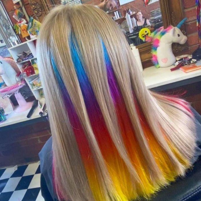 Um cabeleireiro australiano que transforma o cabelo em arco-íris 11
