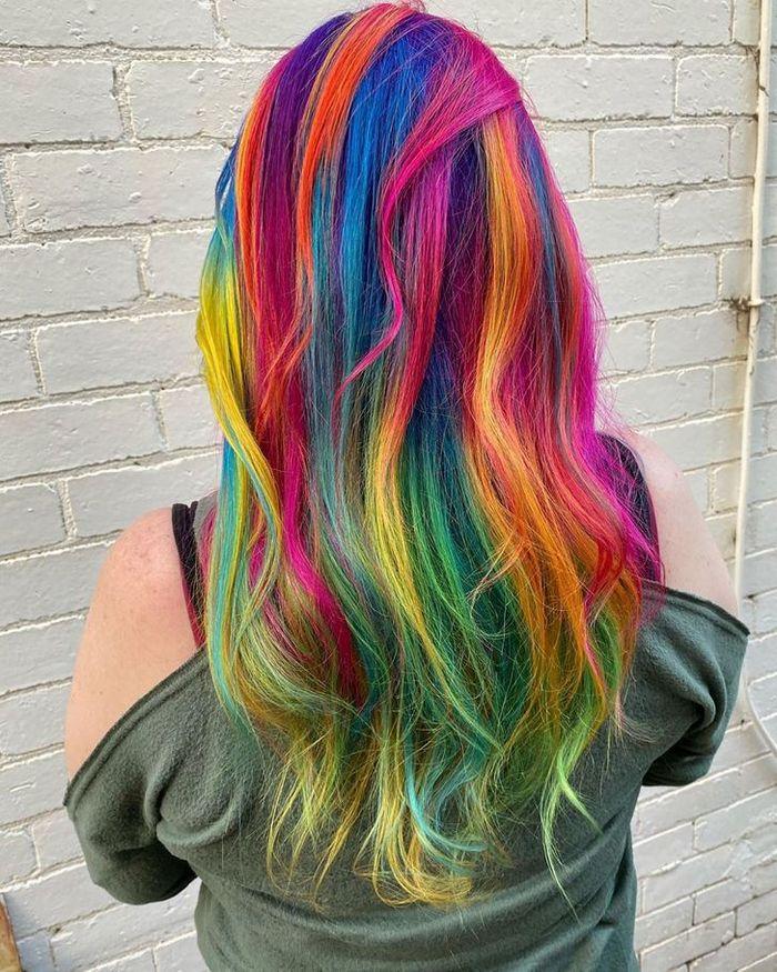 Um cabeleireiro australiano que transforma o cabelo em arco-íris 13