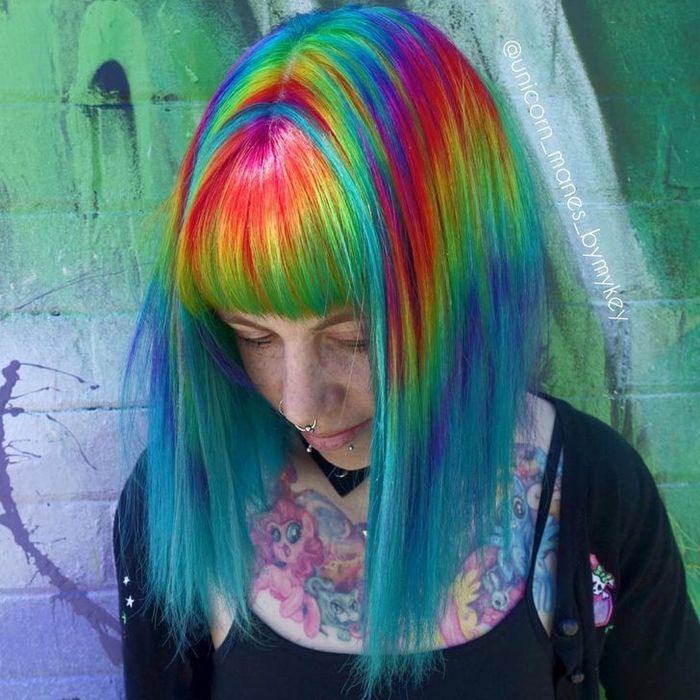 Um cabeleireiro australiano que transforma o cabelo em arco-íris 17