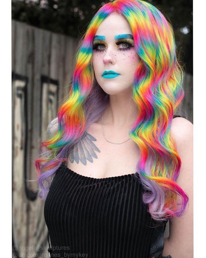 Um cabeleireiro australiano que transforma o cabelo em arco-íris 19