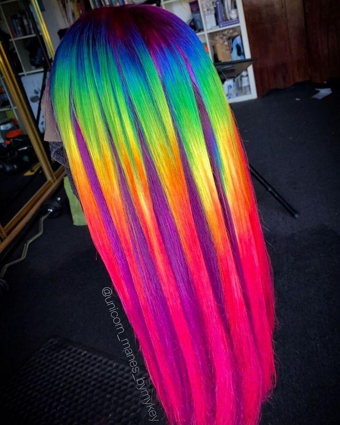 Um cabeleireiro australiano que transforma o cabelo em arco-íris 20