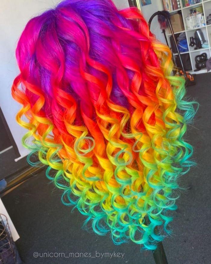 Um cabeleireiro australiano que transforma o cabelo em arco-íris 22