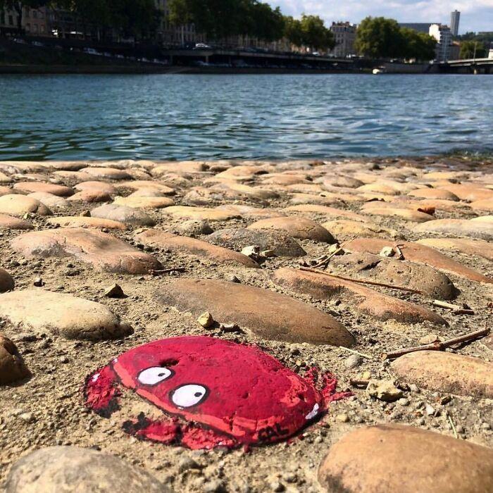 Artista francês espalha humor em espaços urbanos por meio de sua arte 7