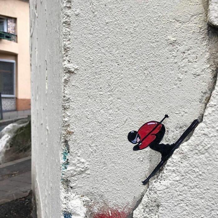 Artista francês espalha humor em espaços urbanos por meio de sua arte 13
