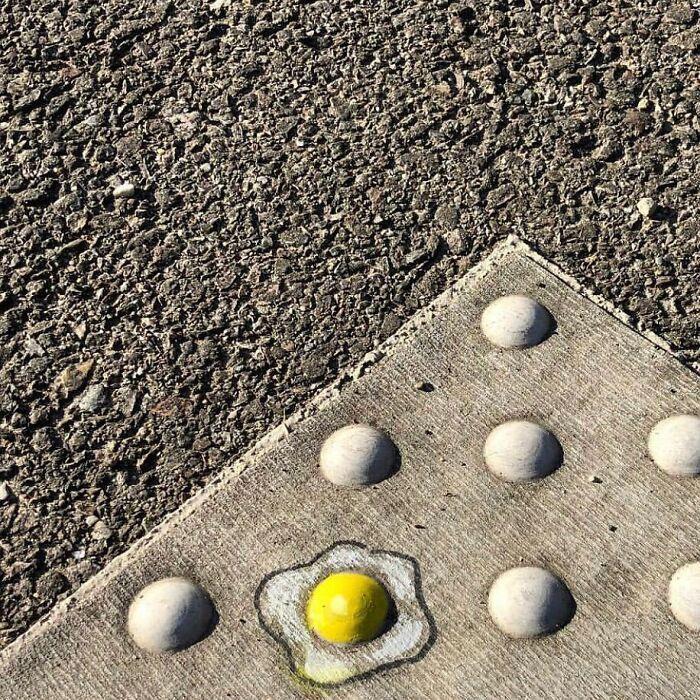 Artista francês espalha humor em espaços urbanos por meio de sua arte 31