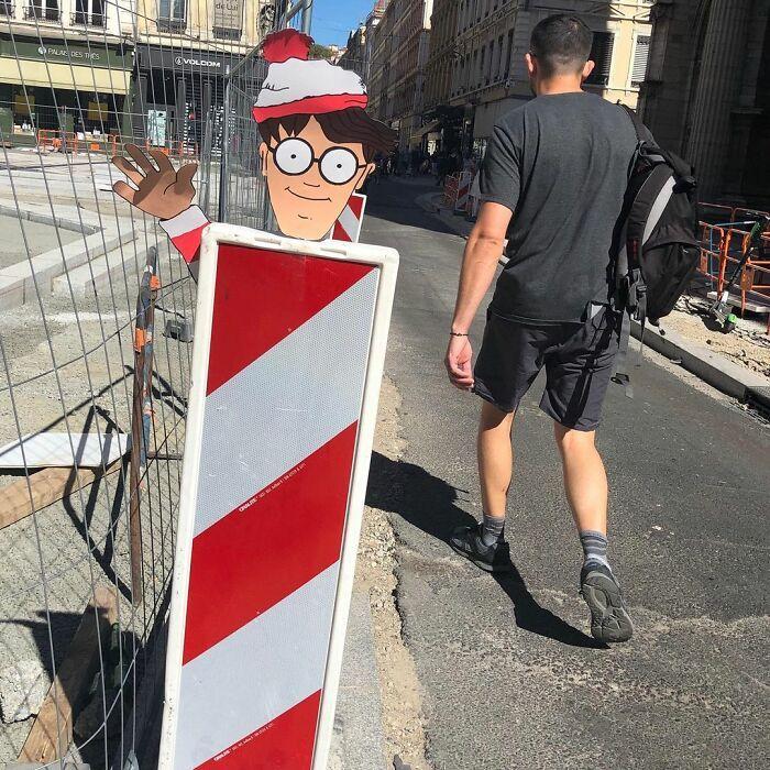 Artista francês espalha humor em espaços urbanos por meio de sua arte 43