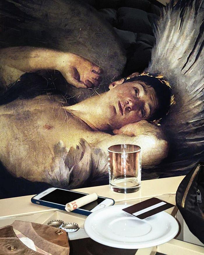 Artista insere personagens de pinturas clássicas no mundo moderno 4