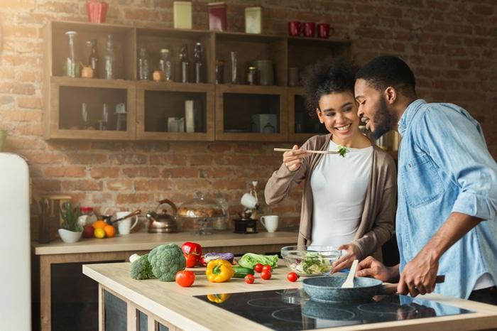 18 coisas que todos casal que não sabe cozinha vai se identificar 8