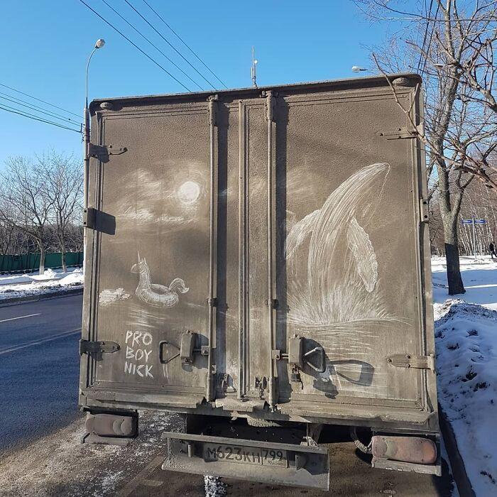 Donos de caminhões sujos encontram desenhos incríveis em seus veículos deixados por este artista 8