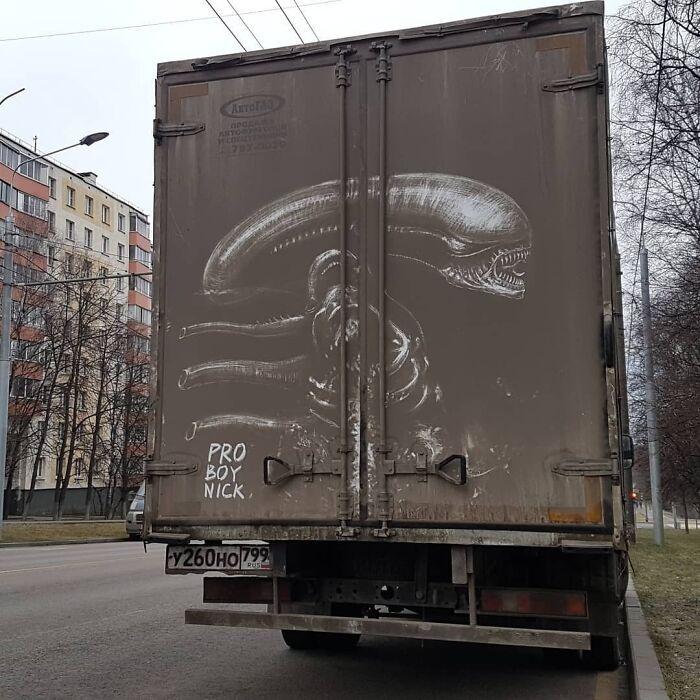 Donos de caminhões sujos encontram desenhos incríveis em seus veículos deixados por este artista 10