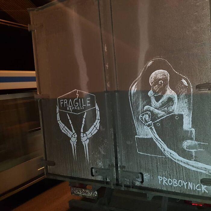 Donos de caminhões sujos encontram desenhos incríveis em seus veículos deixados por este artista 12