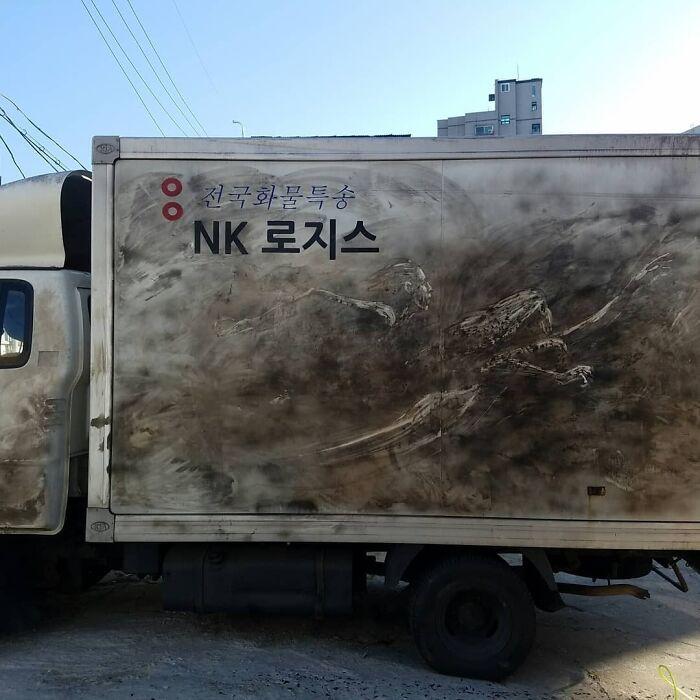 Donos de caminhões sujos encontram desenhos incríveis em seus veículos deixados por este artista 14