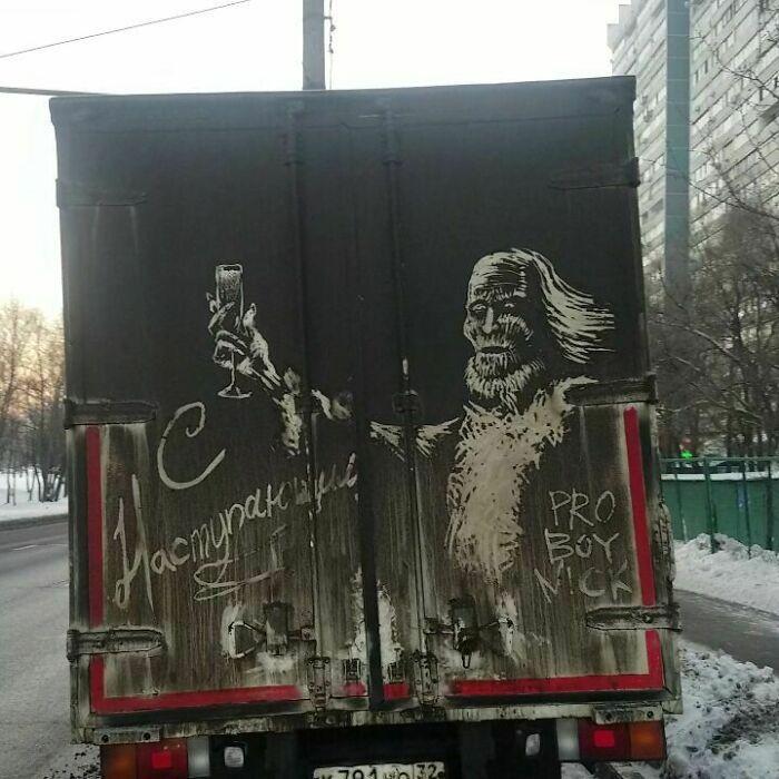 Donos de caminhões sujos encontram desenhos incríveis em seus veículos deixados por este artista 15