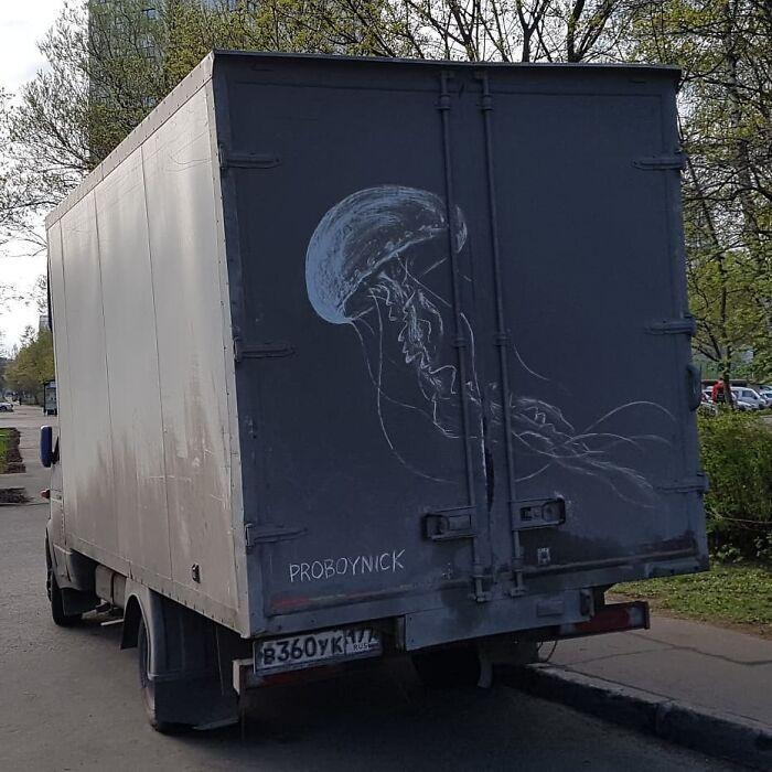 Donos de caminhões sujos encontram desenhos incríveis em seus veículos deixados por este artista 17