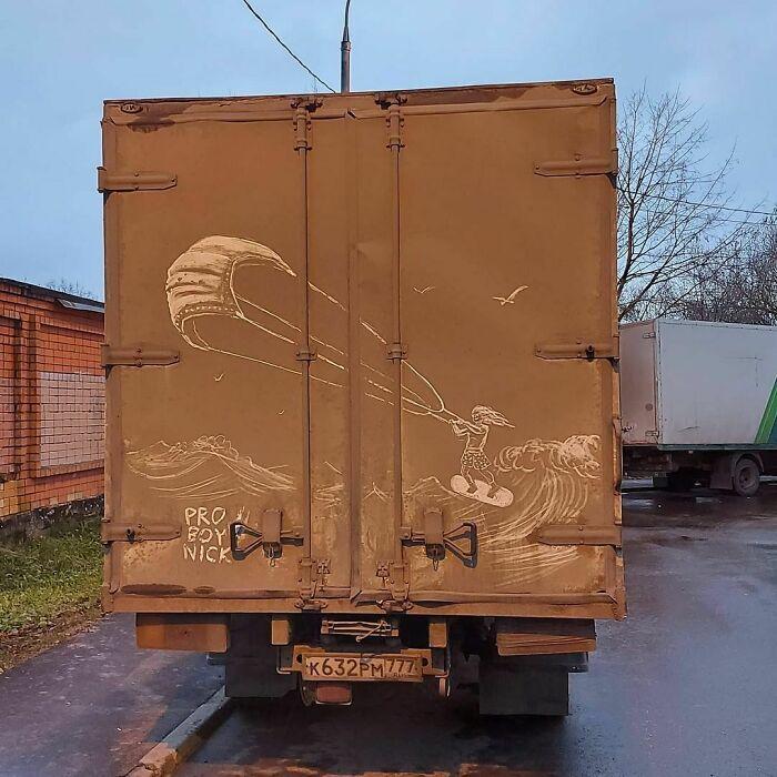 Donos de caminhões sujos encontram desenhos incríveis em seus veículos deixados por este artista 22