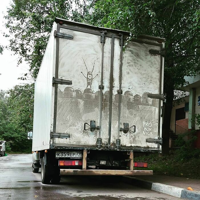 Donos de caminhões sujos encontram desenhos incríveis em seus veículos deixados por este artista 27