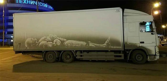 Donos de caminhões sujos encontram desenhos incríveis em seus veículos deixados por este artista 34