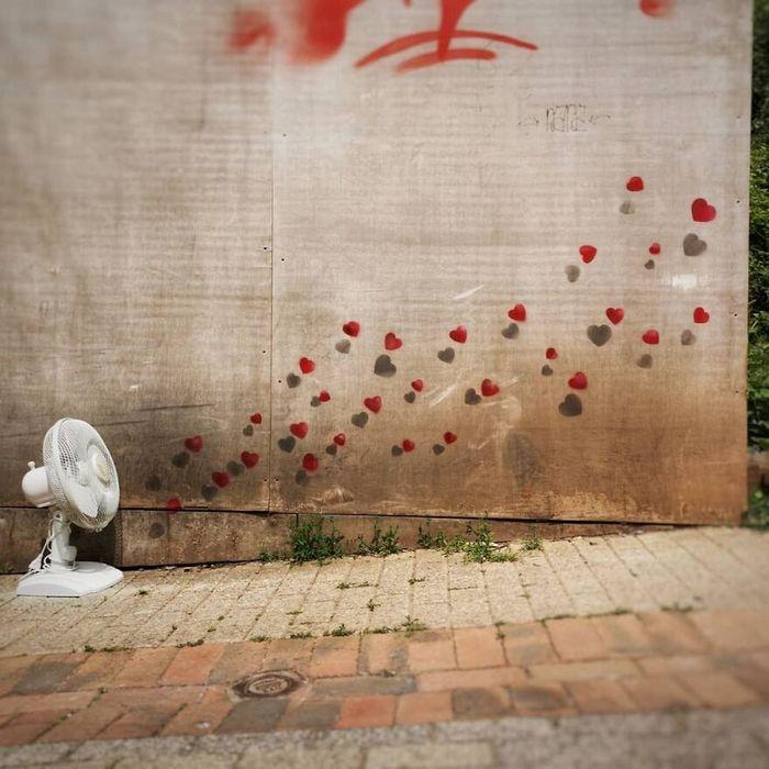 Artista francês cria arte humorística nas ruas de Paris 32