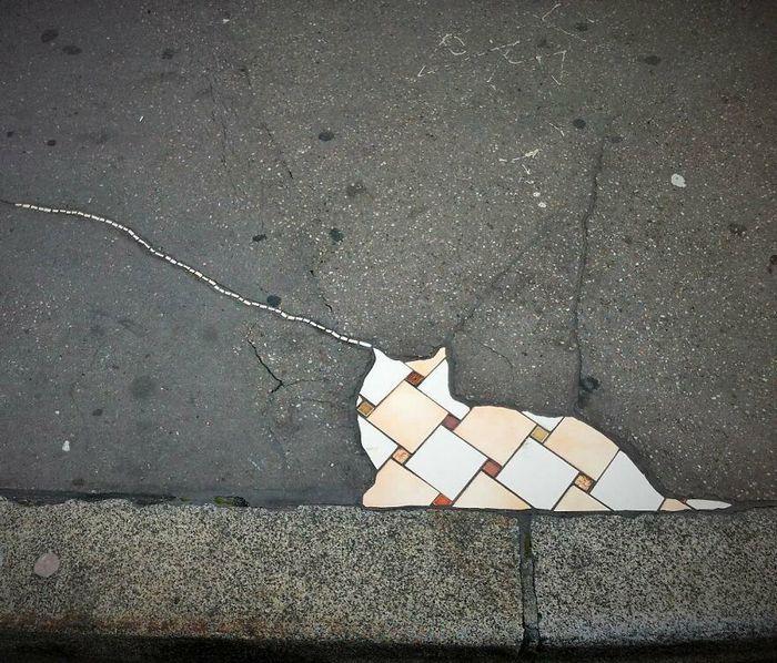 Artista conserta calçadas, buracos e edifícios rachados usando mosaicos vibrantes (30 fotos) 12