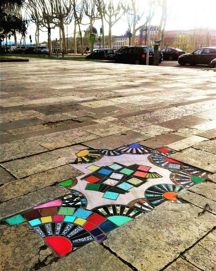 Artista conserta calçadas, buracos e edifícios rachados usando mosaicos vibrantes (30 fotos) 13