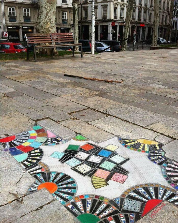 Artista conserta calçadas, buracos e edifícios rachados usando mosaicos vibrantes (30 fotos) 16
