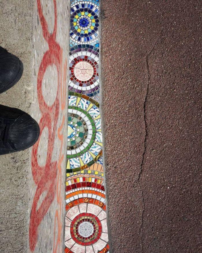 Artista conserta calçadas, buracos e edifícios rachados usando mosaicos vibrantes (30 fotos) 22