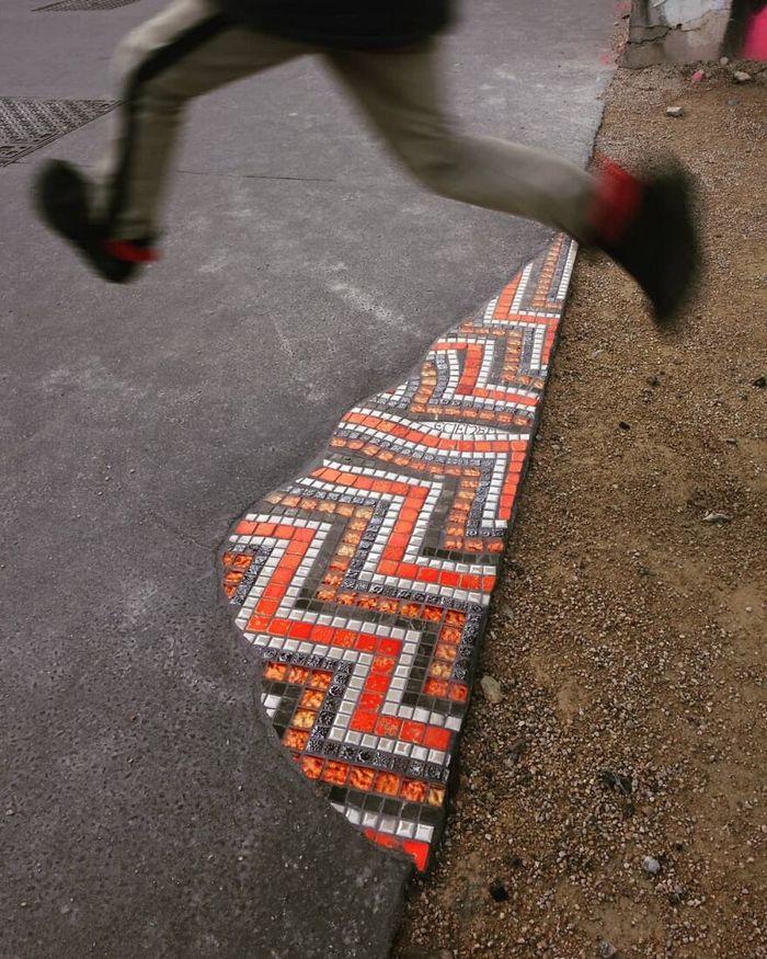 Artista conserta calçadas, buracos e edifícios rachados usando mosaicos vibrantes (30 fotos) 23