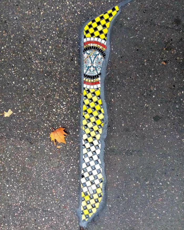 Artista conserta calçadas, buracos e edifícios rachados usando mosaicos vibrantes (30 fotos) 25