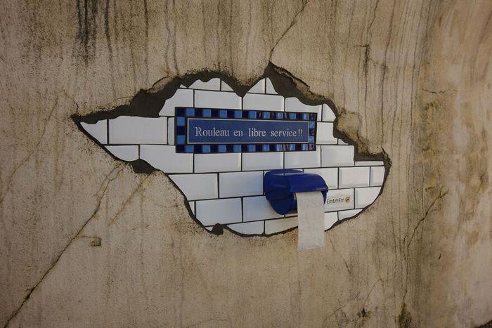 Artista conserta calçadas, buracos e edifícios rachados usando mosaicos vibrantes (30 fotos) 31