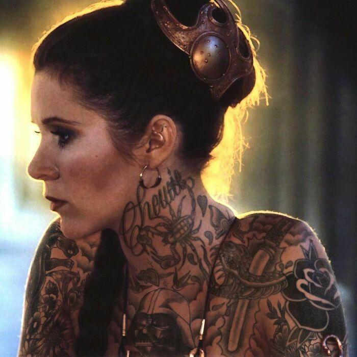 Qual seria a aparência de 48 celebridades se tivessem tatuagens legais 45