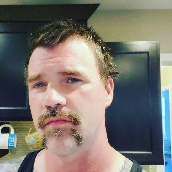 38 homens que pensaram que um bigode duplo era uma boa ideia 38
