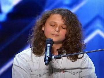 Garoto de 14 anos impressionou o público do AGT com sua voz 4