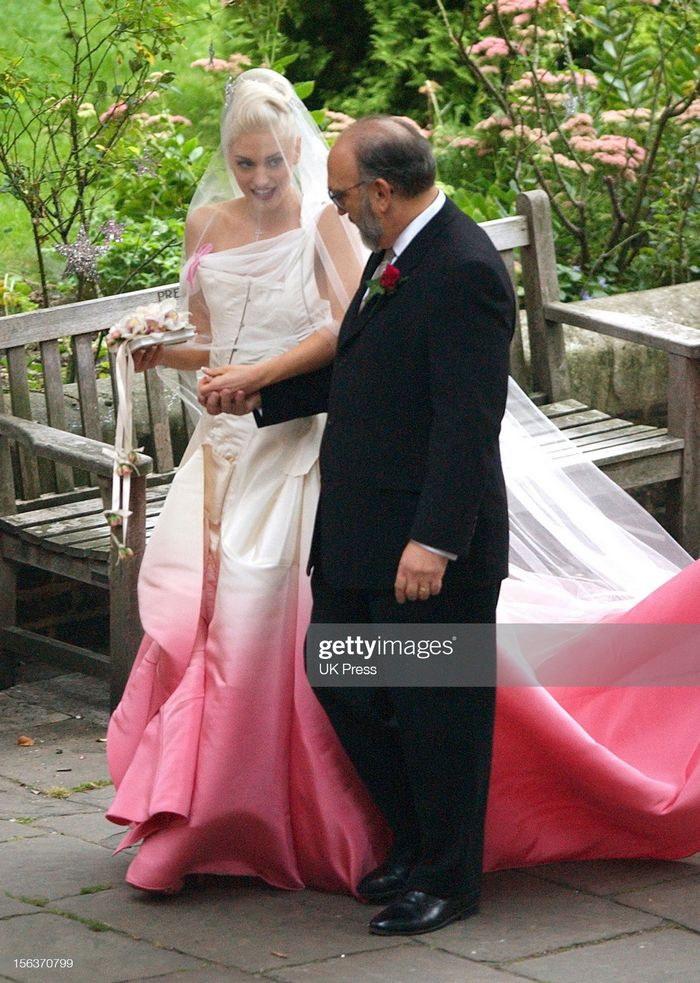 12 noivas que não quiseram saber dos tradicionais vestidos brancos 17